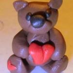Мишутка с сердечком из пластики