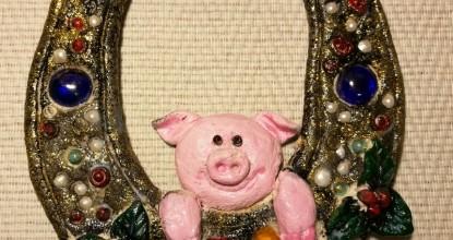 Подкова со свинкой на счастье