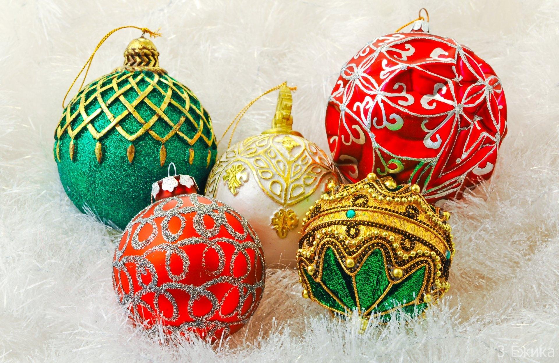 shary-krasnye-belye-zolotye-zelenye-igrushki-ukrasheniya-elochnye-dekoracii-prazdnik-novyj-god-new-year-christmas-rozhdestvo